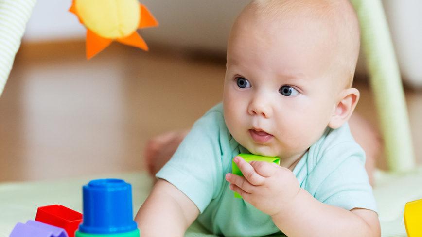 Kleinkind mit farbigem Plastikspielzeug